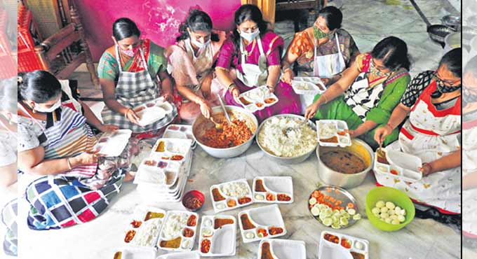 Mancherial women distribute free meals to poor Covid patients